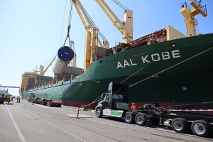 AAL Kobe - Discharging Windmill Towers in San Diego from Pohang