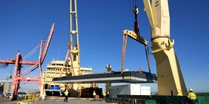 AAL Melbourne - Discharging Pontoon (30.05 x 16.32 x 3.25m, 140t) in Brisbane from Shanghai