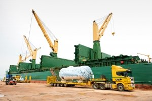 Paris Trader – AAL's W-class Vessel: Loading a Large Cargo of Dismantled Gas Plant Components in Kemaman Port, Malaysia